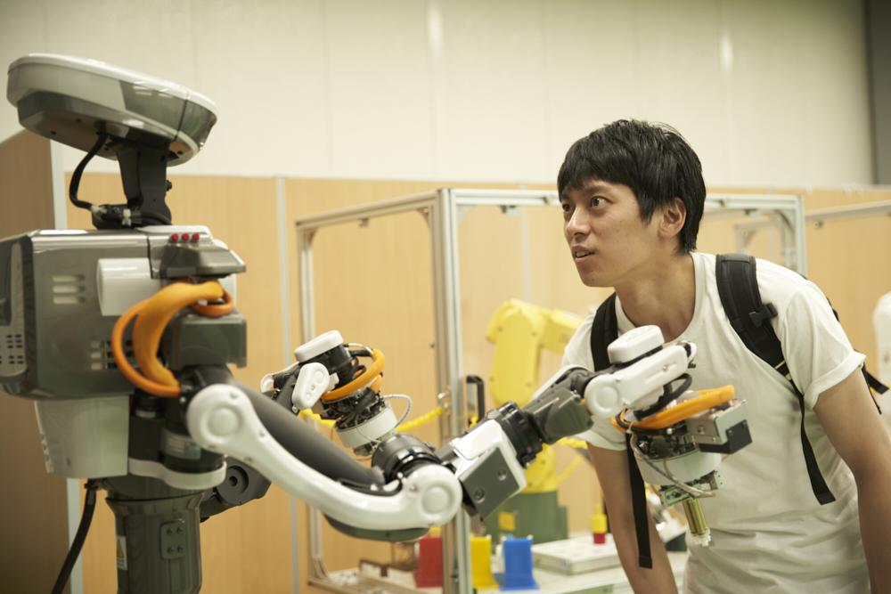 作業ロボットとにらみ合う「残念なイケメン」こともりすけ