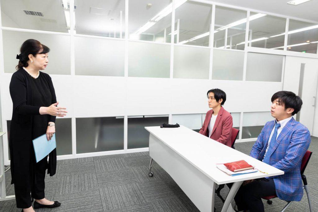 就活アドバイザー才木弓加さんの話を聞く芸人ロングアイランド