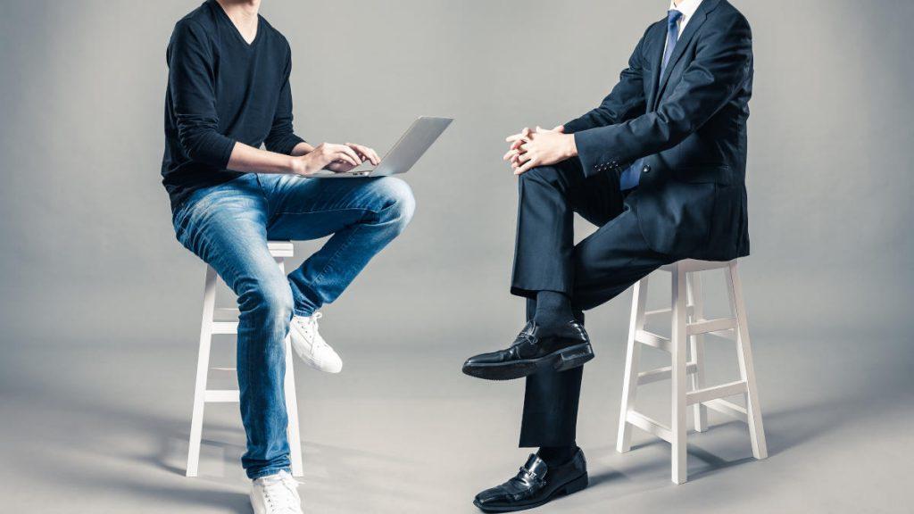 談笑する青年とビジネスマン